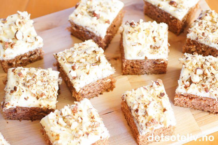 """En UTROLIG deilig og saftig """"Høstkake"""" med nydelig smak av krydder og nøtter. Kaken inneholder kefir og er dekket med en deilig ostekrem. Oppskriften er til stor langpanne."""