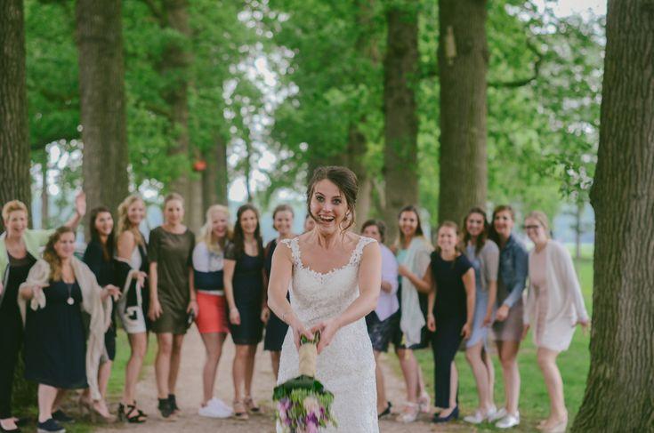 (c) ingephotography.nl  / bride throwing bouquet, bruidsboeket, gooien, boeket, groepsfoto, vrienden