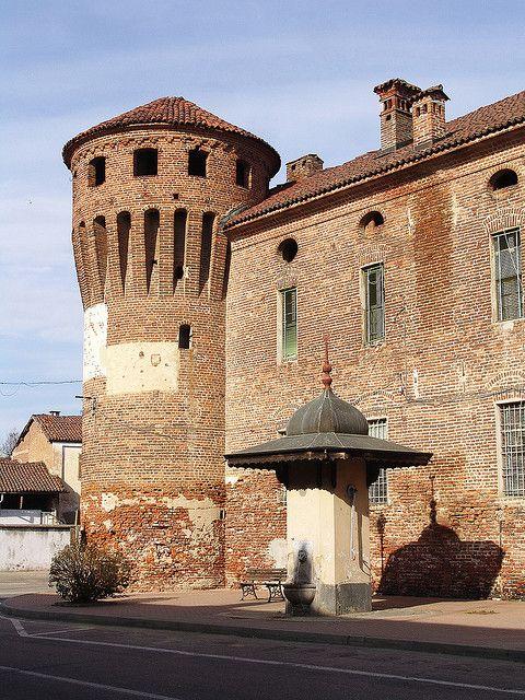 Torre cilindrica e fontana, castello di Prarolo (sec. XIV), Vercelli, Province of Vercelli, Piemonte
