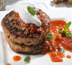 Τα μπιφτέκια κοτόπουλοείναι ένα ελαφρύ και γευστικότατομεσημεριανόκαι ταιρειάζει απόλυτα μετην σπιτική σάλτσαντομάτας.