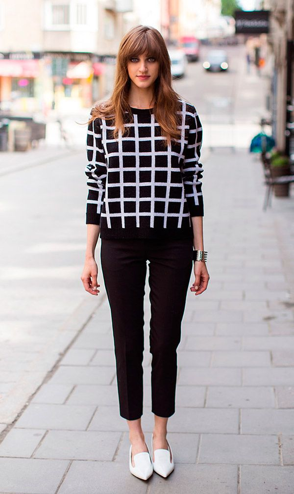 Street style look suéter preto e branco xadrez, calça jeans preta e sapatilha.