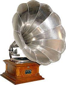 Gramófono fue el primer sistema de grabación y reproducción de sonido que utilizó un disco plano, a diferencia del fonógrafo que grababa sobre un cilindro. Asimismo fue el dispositivo más común para reproducir sonido grabado desde la década de 1890 hasta finales de la década de 1980. Fue patentado en 1888 por Emile Berliner.