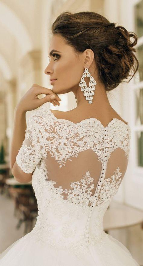 Vestido trabalhado na renda, pérola, e o desenho das costas por sobre tule.  ❤ Uma escolha pra as noivinhas românticas.