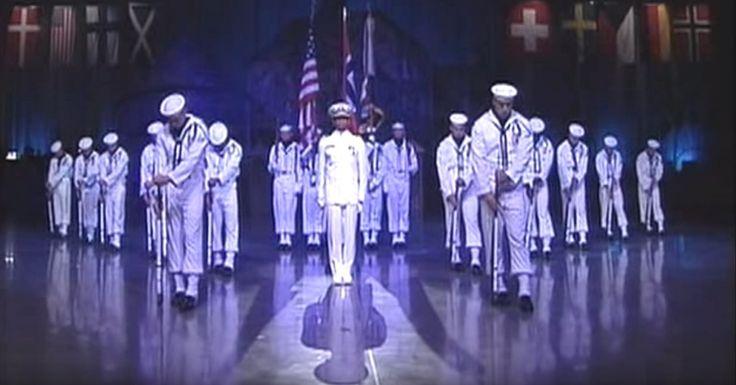 Ebben a videóban az Amerikai Haditengerészet elnöki ünnepélyes tiszteletadásának a műsora látható, amit 18 tengerész adott elő.