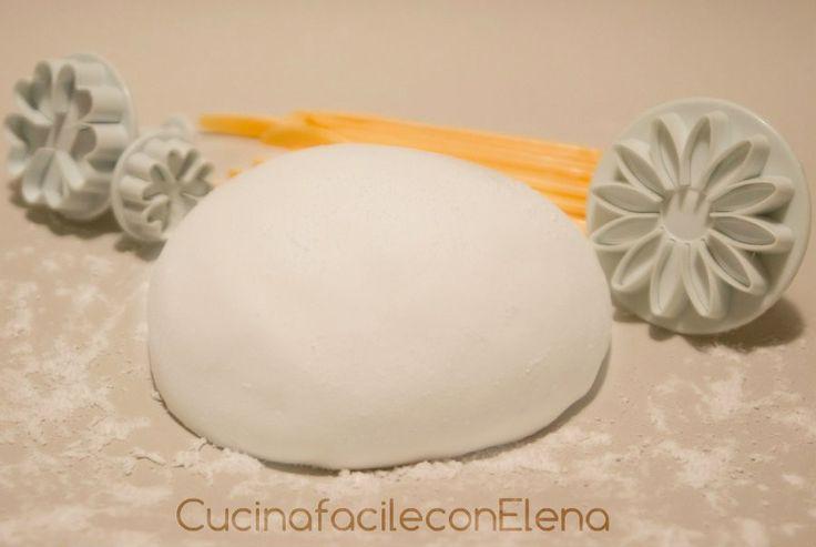 La pasta di zucchero è una pasta modellabile molto usata per decorare torte, pasticcini, biscotti e molti altri dolci. Realizzarla in casa è molto semplice.