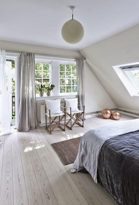 Invitér den nordiske natur og de minimalistiske tendenser inden for i dit soveværelse, og vågn veludhvilet op med et roligt sind og et smil på læben hver morgen! Her får du vores guide til et soveværelse i nordisk stil!