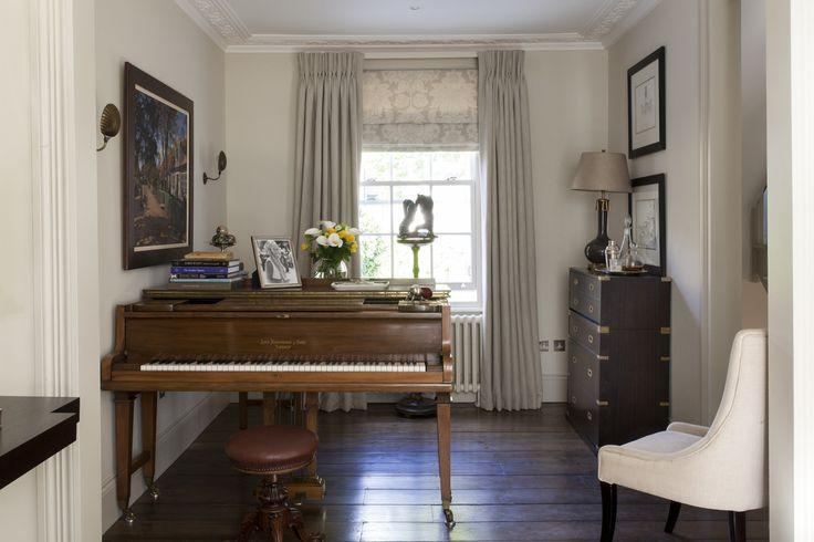 Pokój do gry na fortepianie, pianino, elegancki pokój do hobby. Zobacz więcej na: https://www.homify.pl/katalogi-inspiracji/14691/domowe-biblioteczki-i-pokoje-do-hobby