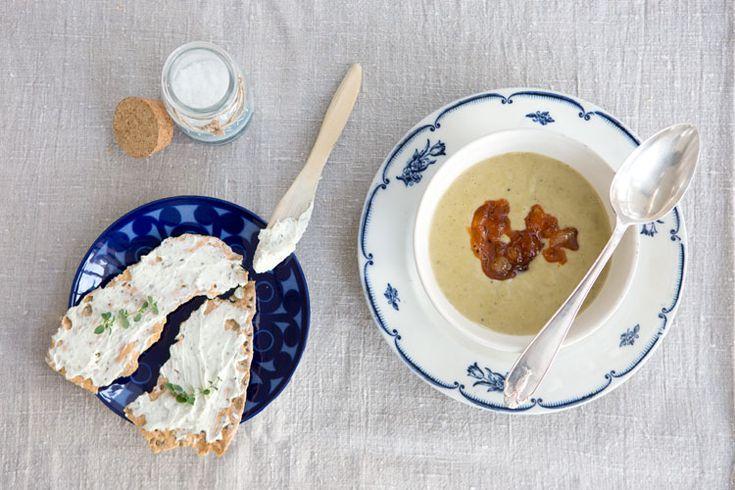[ Potatis– & purjolökssoppa med broccoli & trattkantareller ] 5 potatisar / 1 purjolök / 1 broccolihuvud / 1 gul lök / 2 vitlöksklyftor / 1 dl torkade trattkantareller / 1 grönsaksbuljong / 1 l vatten / 1½ dl grädde | Skala potatis, lök. Dela grönsaker. Fräs i olivolja i stor kastrull. Häll på vattnet, buljongtärning + trattkantarellerna. Koka under lock tills potatisen mjuknat. Ta fr värmen, mixa helt slät m stavmixer. Smaka av m salt, peppar, lite chilipulver el andra. Koka upp m grädden.