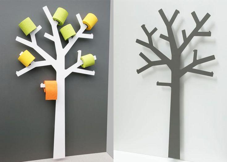 Originálna a funkčná dekorácia do kúpeľne. Metalický strom z kovu je primárne určený ako držiak rolí toaletného papiera...