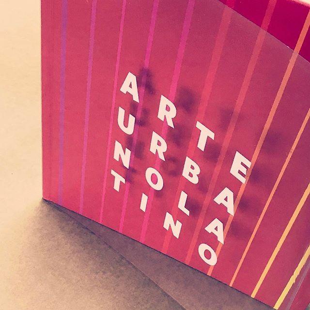 Sobrecubierta transparente, con tinta serigráfica blanca para libro de tapa dura 👏 #aimpresores #diseñoeditorial #diseñografico #encuadernación #impresión #impresiónoffset #impresióndigital #felizviernes #libros #mesdellibro #color #lovecolor #tapadura