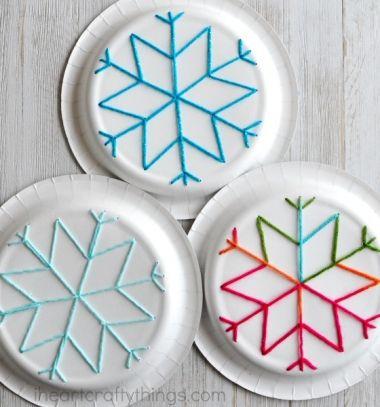 Easy paper plate snowflake yarn art for kids // Egyszerű hópehely papírtányér fonalkép - kreatív ötlet gyerekeknek // Mindy - craft tutorial collection // #crafts #DIY #craftTutorial #tutorial #KidsCrafts #CraftsForKids #KreatívÖtletekGyerekeknek
