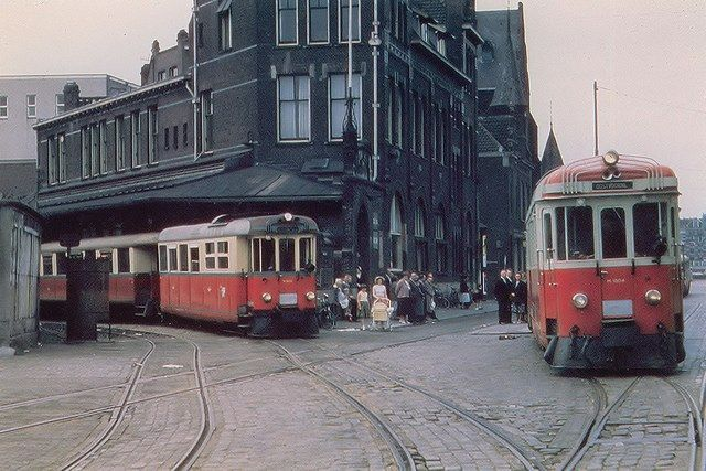 Rotterdam. | Vanaf het tramstation van de RTM aan de Rosestraat, vlakbij De Hef, vertrokken de trams naar Voorne-Putten en naar de veerhaven van Hellevoetsluis. De RTM verzorgde tussen 1898 en 1966 met haar trams, bussen en veren het personen/ en goederenvervoer het vervoer tussen Rotterdam en de eilanden. De foto komt uit het Stadsarchief Rotterdam en de informatie van rtm-ouddorp.nl en nicospilt.com