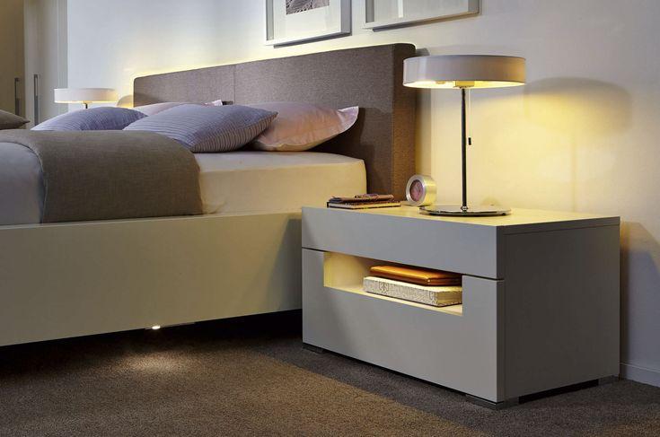 Mesa de noche moderna de madera lacada con luz elumo for Mesitas noche modernas