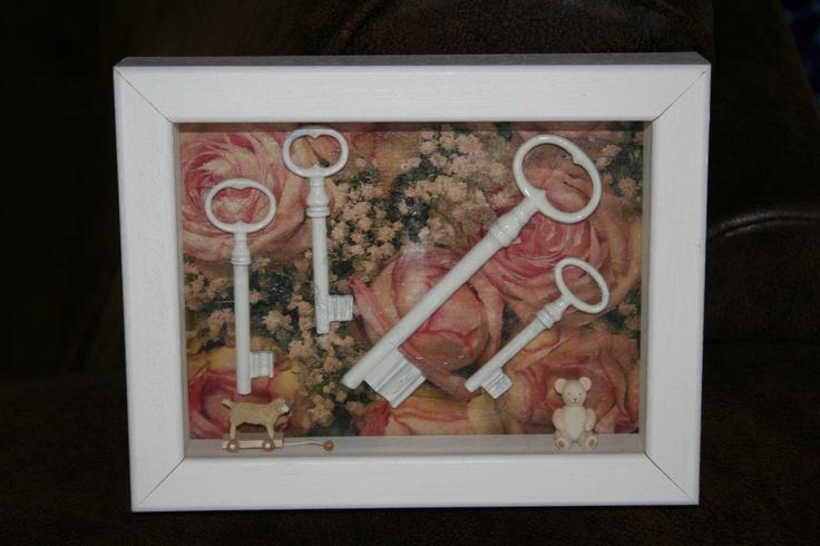 Oude sleutels een verfje en in een fotolijst met decoupage achtergrond