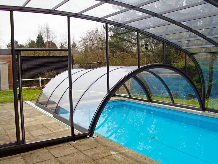 Posuvné zastřešení bazénu typu COMBI, které je kombinací 2 různých zastřešení.