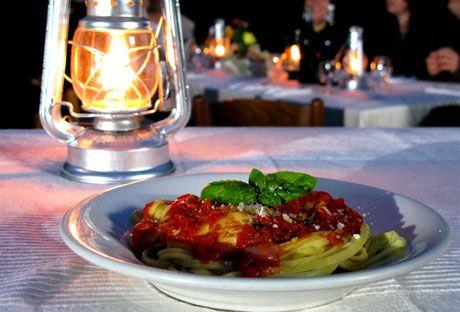 Tagliatelle con salsa di pomodorini  Färsk pasta med tomatsås.