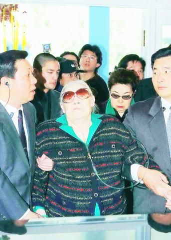 Faina Vakhreva, widow of the late former president Chiang Ching-kuo, pays homage to him in Taoyuan County, yesterday.Jan 14, 2003