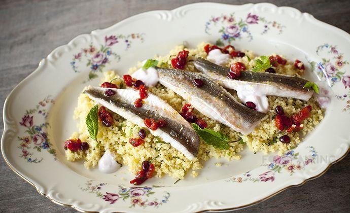Een overheerlijke gebakken rode poon met couscous en geroosterde rode paprika, die maak je met dit recept. Smakelijk!