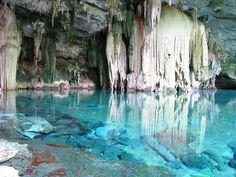 Gruta do Lago Azul – Bonito – Brasil Tanto que fica num lugar chamado Bonito, em Mato Grosso do Sul.