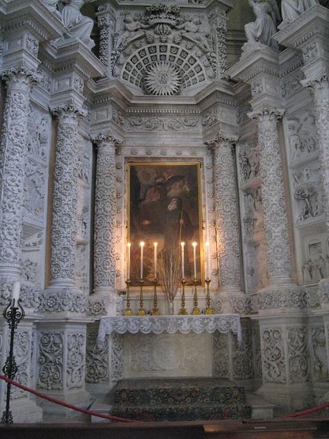 Lecce, basilica di Santa Croce, altare laterale