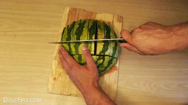 Auf diese Art kannst Du die Wassermelone schneiden, ohne eine Sauerei zu veranstalten.