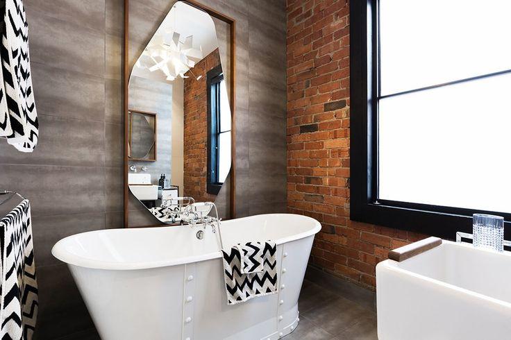 Industrialna łazienka ze ścianą z czerwonej cegły. #design #urządzanie #urząrzaniewnętrz #urządzaniewnętrza #inspiracja #inspiracje #dekoracja #dekoracje #dom #mieszkanie #pokój #aranżacje #aranżacja #aranżacjewnętrz #aranżacjawnętrz #aranżowanie #aranżowaniewnętrz #ozdoby #cegła #cegły #łazienka #łazienki #wanna