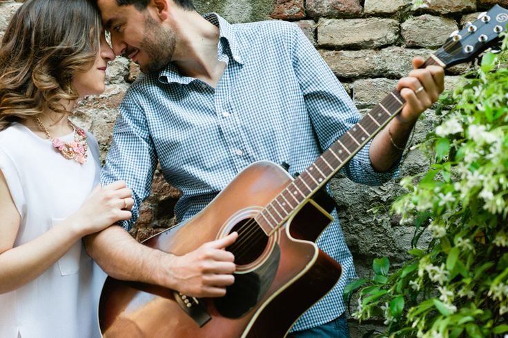 Engagement with  romantic guitar | kiss | Barbara di Cretico photography