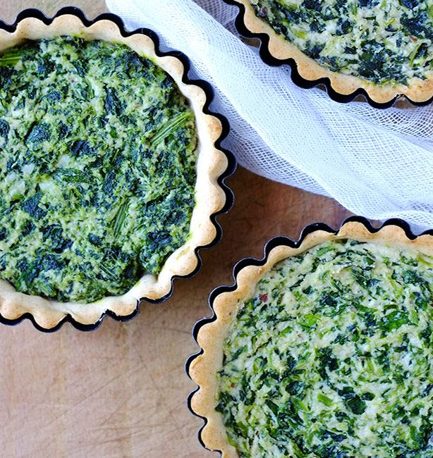 Crostatine salate con ricotta di mandorle e tarassaco | http://www.ilpastonudo.it/claudia-renzi/erbaccia-a-chi/crostatine-salate-con-ricotta-di-mandorle-e-tarassaco/