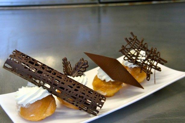 Dit is een super makkelijk chocolade decoratie, die jij kunt maken om  jouw toetjes mooi en elegant te kunnen serveren!