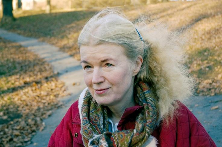Vibeke Olsson debuterade redan som 17-åring med ungdomsromanen Ulrike och kriget och har sedan dess skrivit många romaner. Hon har även arbetat som pastor inom Svenska baptistsamfundet och med diakoni i S:ta Clara kyrka i Stockholm. Vibeke Olsson bor med sin man och dotter i Stockholm och i Edsbyn. För Sågverksungen, den första boken om Bricken, fick hon Wallin-priset 2010.