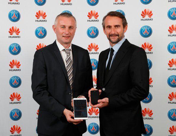 De gauche à droite : Denis Morel, Vice Président Business Devices de Huawei France et Jean-Claude Blanc, Directeur Général du Paris Saint-Germain  http://www.huaweidevice.fr/partenariat-psg #foot #smartphone #sport #partenariat #3ans #ParcDesPrinces