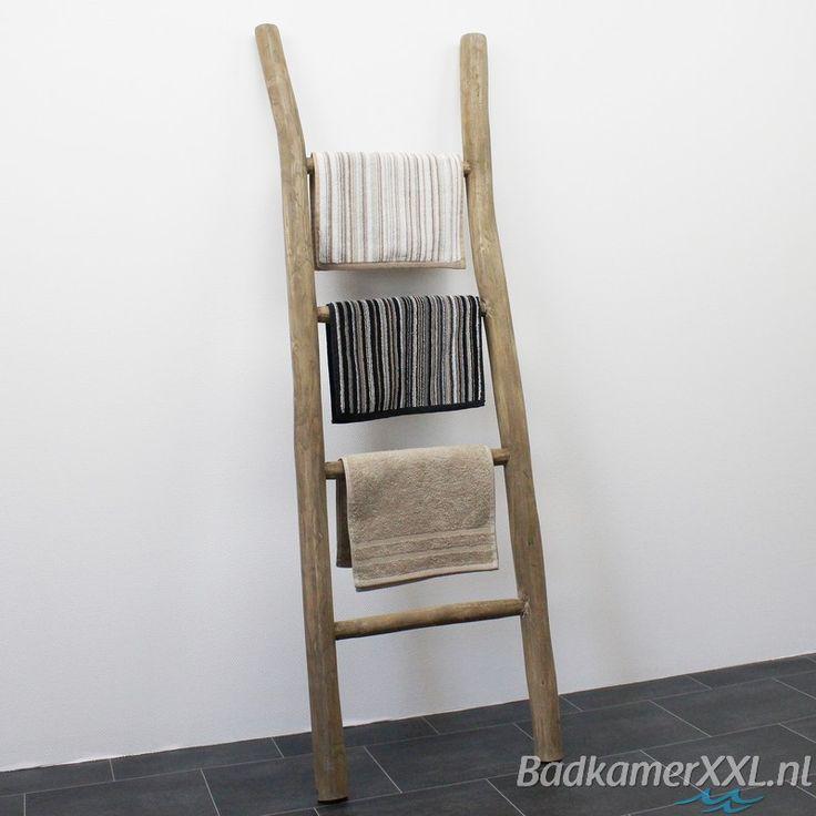 Hoe leuk is deze houten decoratie ladder! Ideaal voor de gasthanddoekjes. Doordat ze meteen mooi uithangen worden ze ook gauw weer droog! | BadkamerXXL
