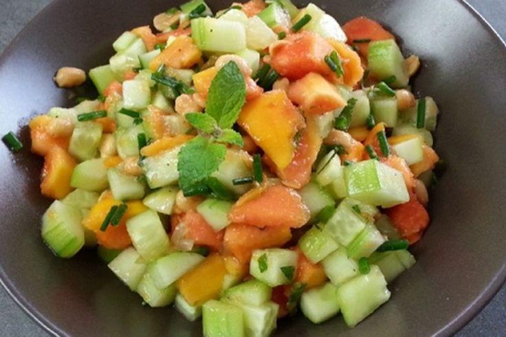 Hallo Ihr Lieben, hier sind die Rezepte von unserem Girlsday mit Anne und Yasmin. Vorspeise von Anne: Papaya Gurken Salat 2 Papayas (geschält) 2 Gurken (geschält) 1 Zitrone: davon Zitronenabrieb, Zitronenfilets und den Saft 5 EL Erdnüsse, geröstet 1 Bund Schnittlauch 20 Minzblätter 1 EL Olivenöl 1 EL Wasser Salz, Pfeffer etwas Stevia (1 TL) …