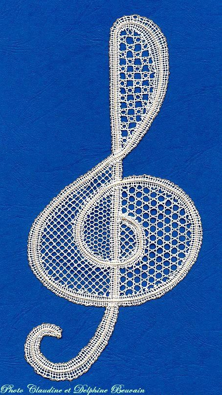 Bobbin lace treble clef
