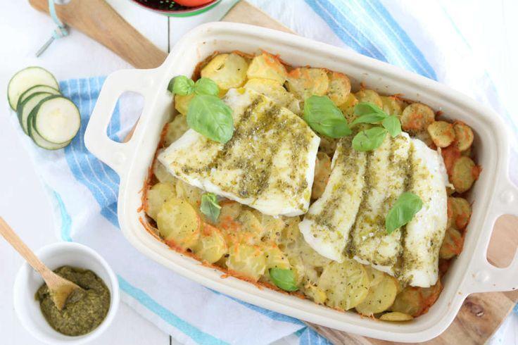 Een makkelijke maaltijd deze herfst: een ovenschotel met kabeljauw, courgette, tomaat en aardappelschijfjes. De vis wordt ingesmeerd met pesto. Yum!