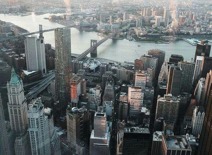 从世贸中心一号楼观景平台 One World Observatory 眺望曼哈顿与布鲁克林区的建筑群,美国 US 纽约 New York。观景平台位于世贸中心一号楼的第100至102层,总面积超过1万1千平方米,最高层距离地面381米,于5月29日正式向公众开放,摄影师:Spencer Platt