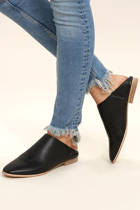 City chic and Boho fashion combine to bring you the stylish Chinese Laundry Owen Black Leather Mules! These on-trend genuine leather flats have a squared-off toe, and step-back design for easy wear.