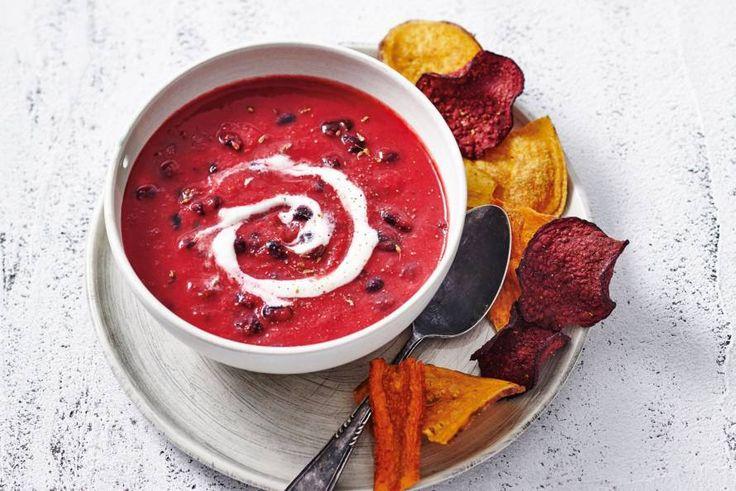 Dit is winter op z'n best! Stevige soep met rode bieten, pastinaak en zwarte bonen. - Recept - Allerhande