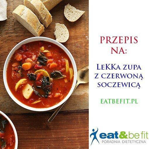 EATBEFIT.PL  PRZEPIS NA... Lekką zupę z czerwoną soczewicą   Dzień dobry!  Dziś proponujemy Wam pyszną i szybką w przygotowaniu zupkę. Nam ślinka cieknie na samą myśl, a Wam? Do sklepu po produkty, marsz!  Lista poniżej: SKŁADNIKI: * łyżka masła klarowanego lub 2 łyżki oliwy * 200 g włoszczyzny (pokrojonej w kostkę) * Ząbek czosnku (poszatkowany) * 1/2 łyżeczki tymianku * 1/2 łyżeczki kurkumy * Łyżeczka pieprzu ziołowego * 700 ml wody * 2 łyżki czerwonej soczewicy * 150 g cukinii * 1...