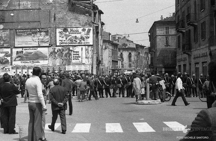 """""""Commemorazione della strage di Piazza Loggia"""" - 1976 http://www.bresciavintage.it/brescia-antica/fotografie-d-autore/commemorazione-della-strage-piazza-loggia-1976/"""