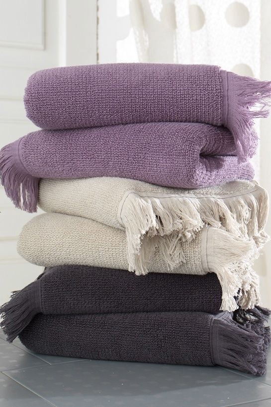 Nová kolekce ručníků a osušek FRINGE vyrobená ze 100% česané bavlny DOBBY je měkoučká a velmi příjemná na omak. K dostání malé ručníky v rozměru 32x50 cm, klasické ručníky 50x100 cm a osušky 75x150 cm.