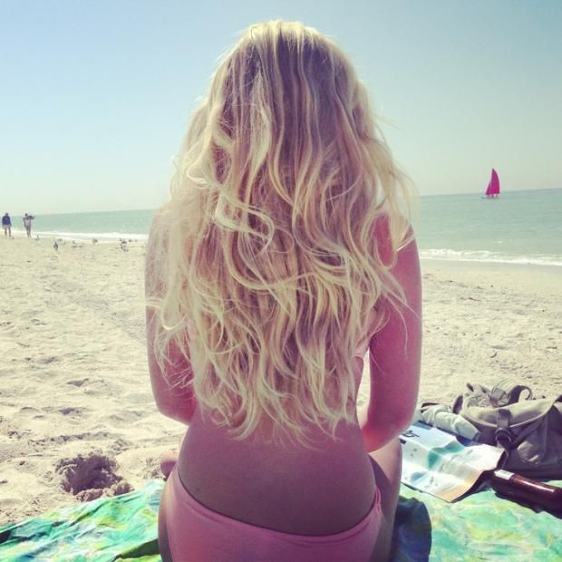 how to make your hair naturally lighter. Homemade remedies to make your hair blonder using chamomile,lemon and vinegar. + 2 home remedies to cover your white hair