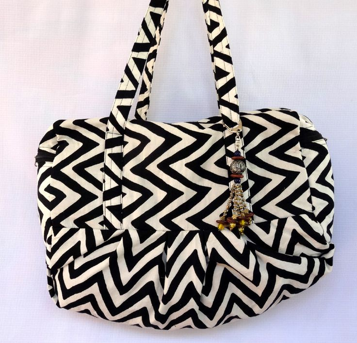 Sac à main grande taille en tissu de coton imprimé chevrons noir et blanc avec bijou de sac : Sacs à main par akkacreation