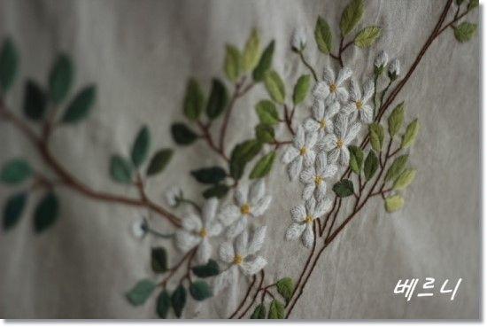 봄이 시작될 무렵부터 잡고 있었던 자수 커튼?..가리게?.... 도안을 그릴때는 즐거운 맘으로 시작했는데......