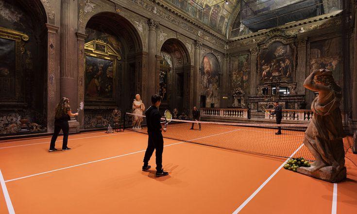 V italském románském kostele ze 16.století vznikl tenisový kurt
