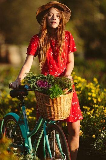 赤いワンピースに合わせれば、レトロなムードのリゾートファッションになりますね。
