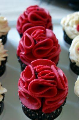 Tjejcupcakes röda blommor. Hör i hop med ett annat inlägg som heter tjejcupcakes där själva receptet är • Heavenly Cupcake
