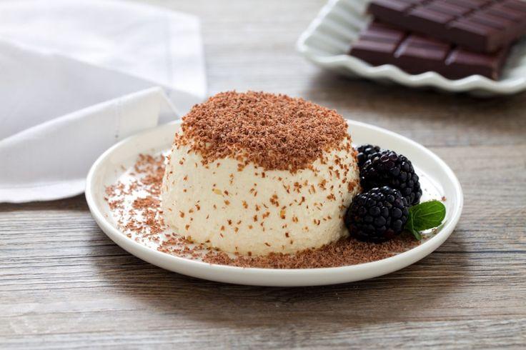 Il tortino di ricotta è un dolce goloso e fresco, che può essere cosparso di una salsa di fragole o di una crema. In questa ricetta lo abbiamo realizzato in versione monoporzione e decorato con il cioccolato fondente e con le more.