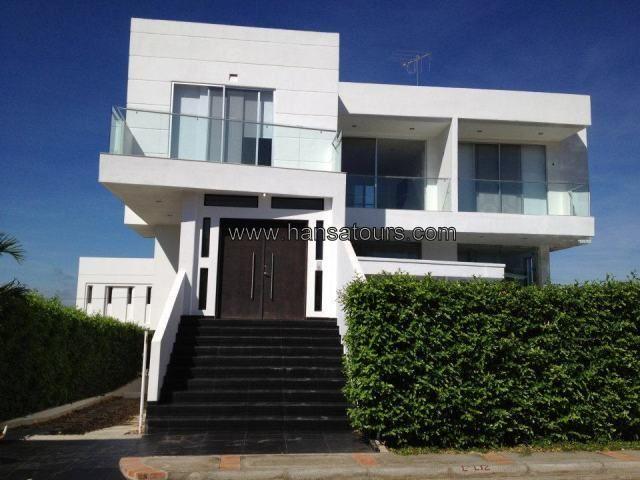 Girardot 57, casa campestre moderna, con espacios amplios, piscina con cascada y sobre todo muy fresca en medio de un clima calido.