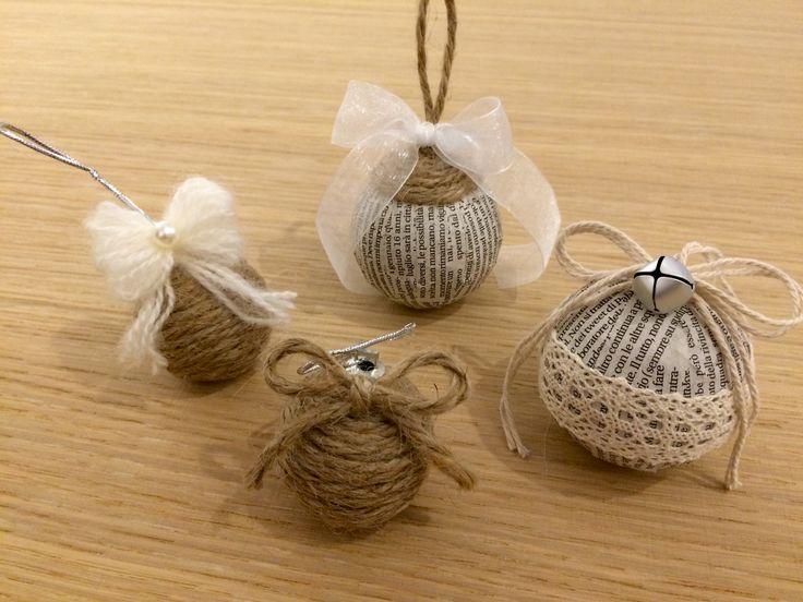 Palline realizzate con corda, carta di giornale e decorazione di nastri e lana